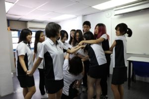 Ice-breaking with the Human Knot game